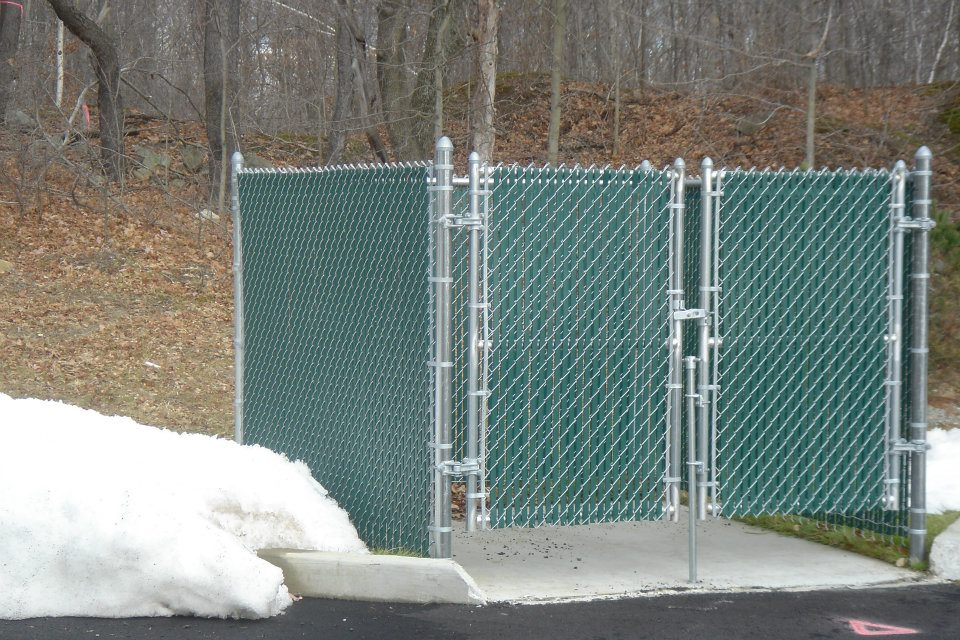 Galvanized Chain Link Dumpster Enclosure With Shorter Leaf